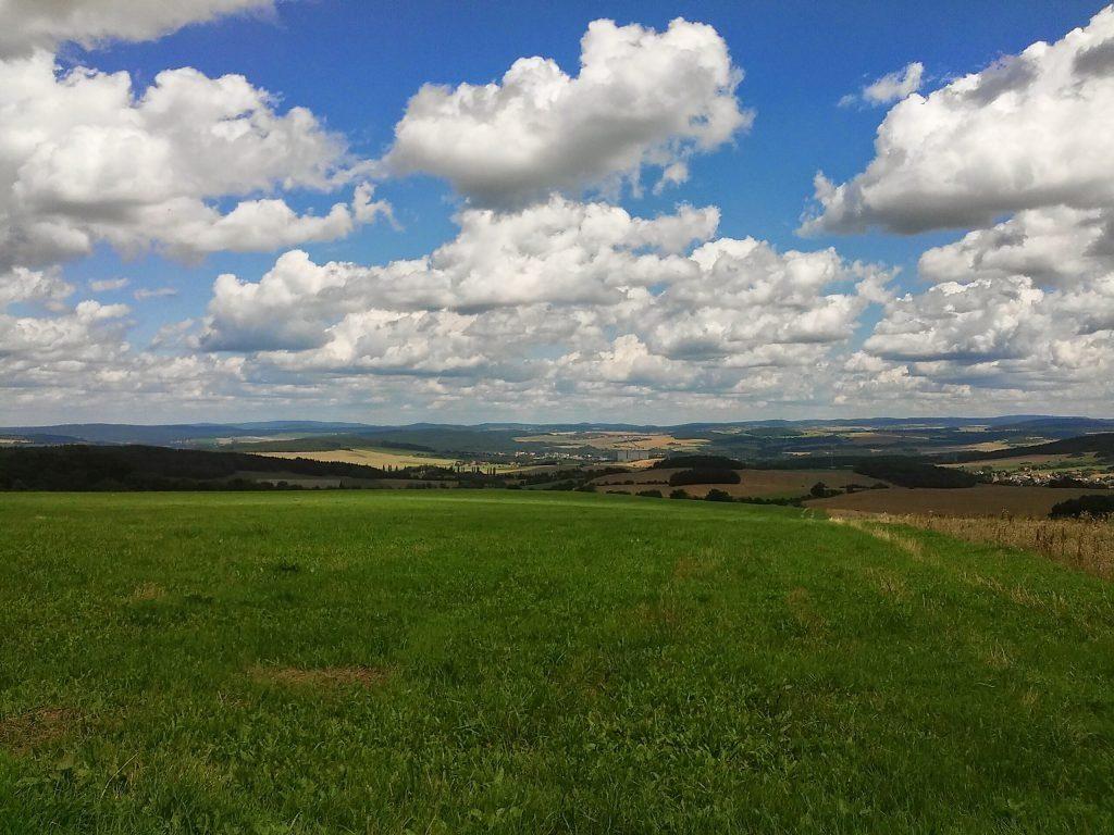 Pohled od obce Bzí na blovická sila
